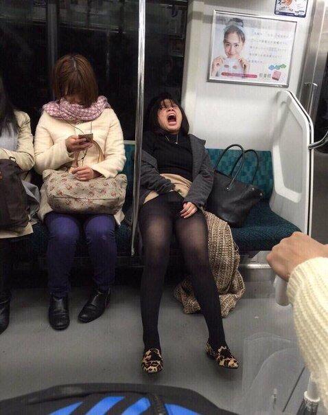 podsmatrivanie-za-zhenshinami-v-metro