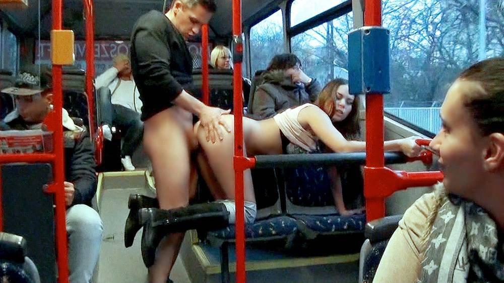 В видео автобусе мужики бабы терка