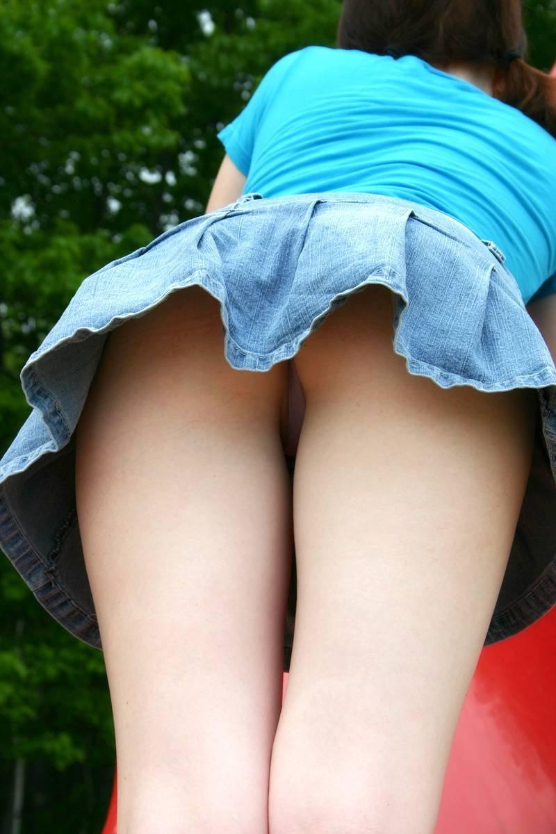 Девушки светят на камеру трусики под юбкой онлайн