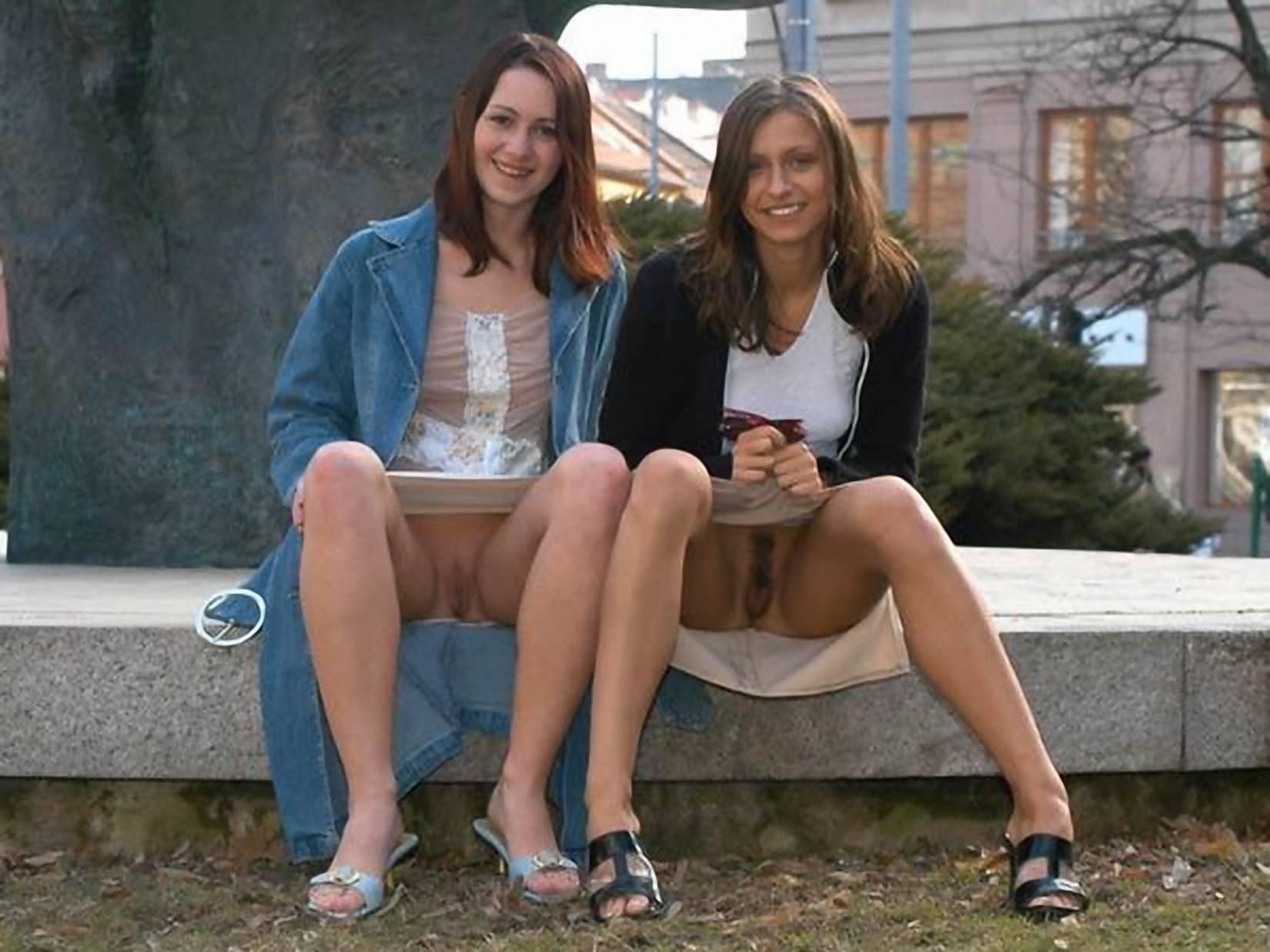 Фото девушки показывают трусы 23 фотография
