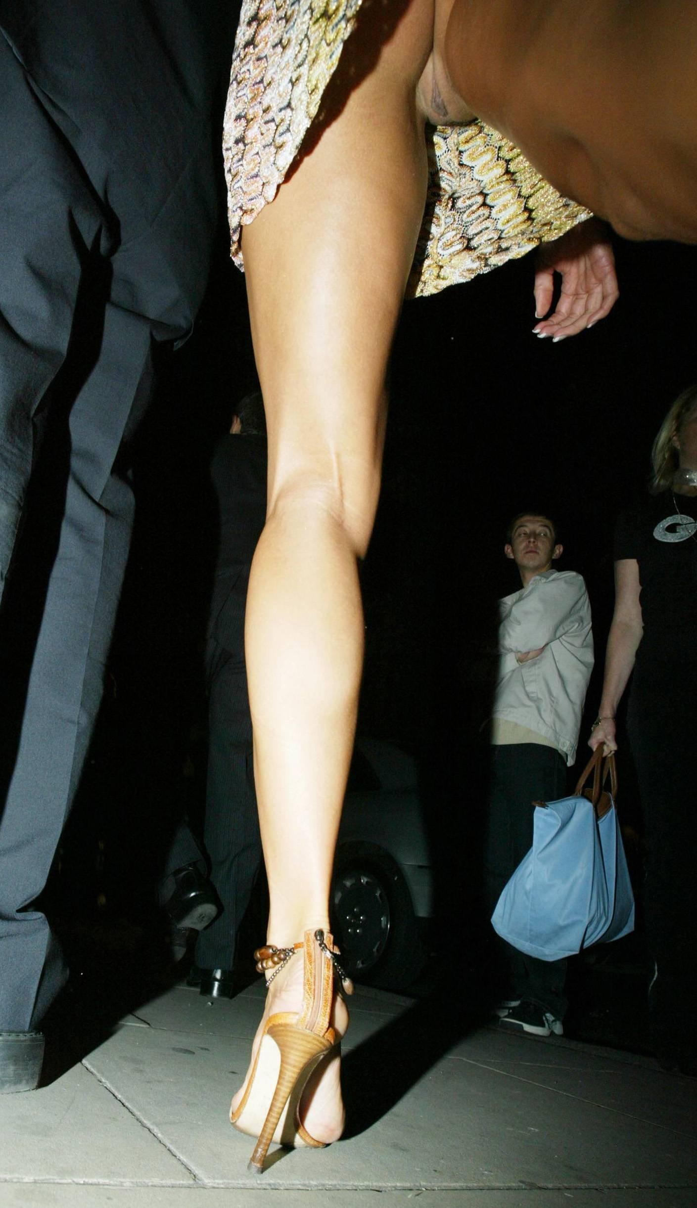 Фото под юбками без трусиков 4 фотография