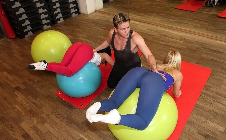 Тренер фитнеса трахнул девку