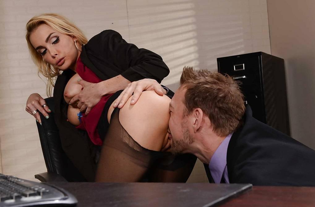 Порно секретарша лижет попу начальнице сексе