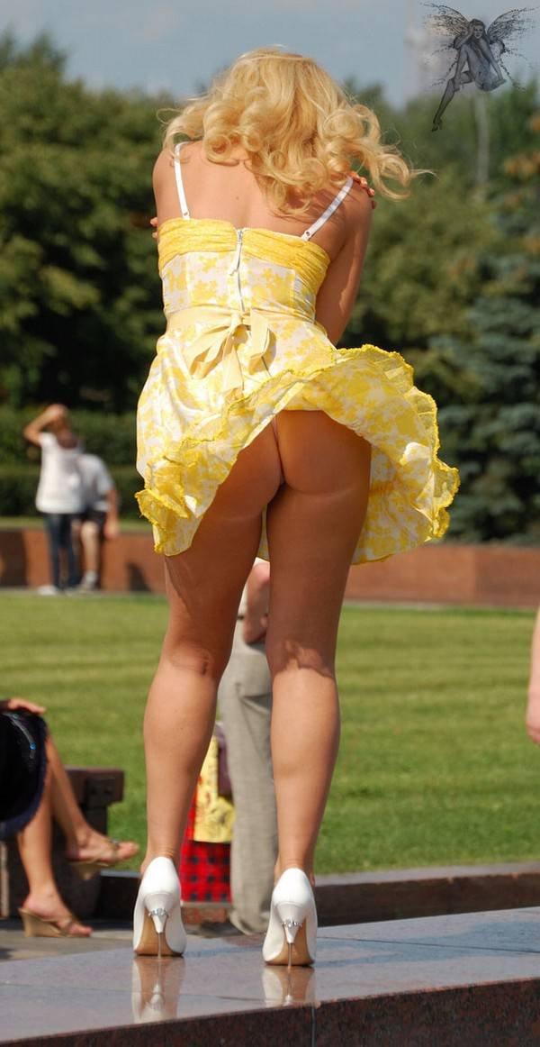 Поднятые юбки баб без трусов