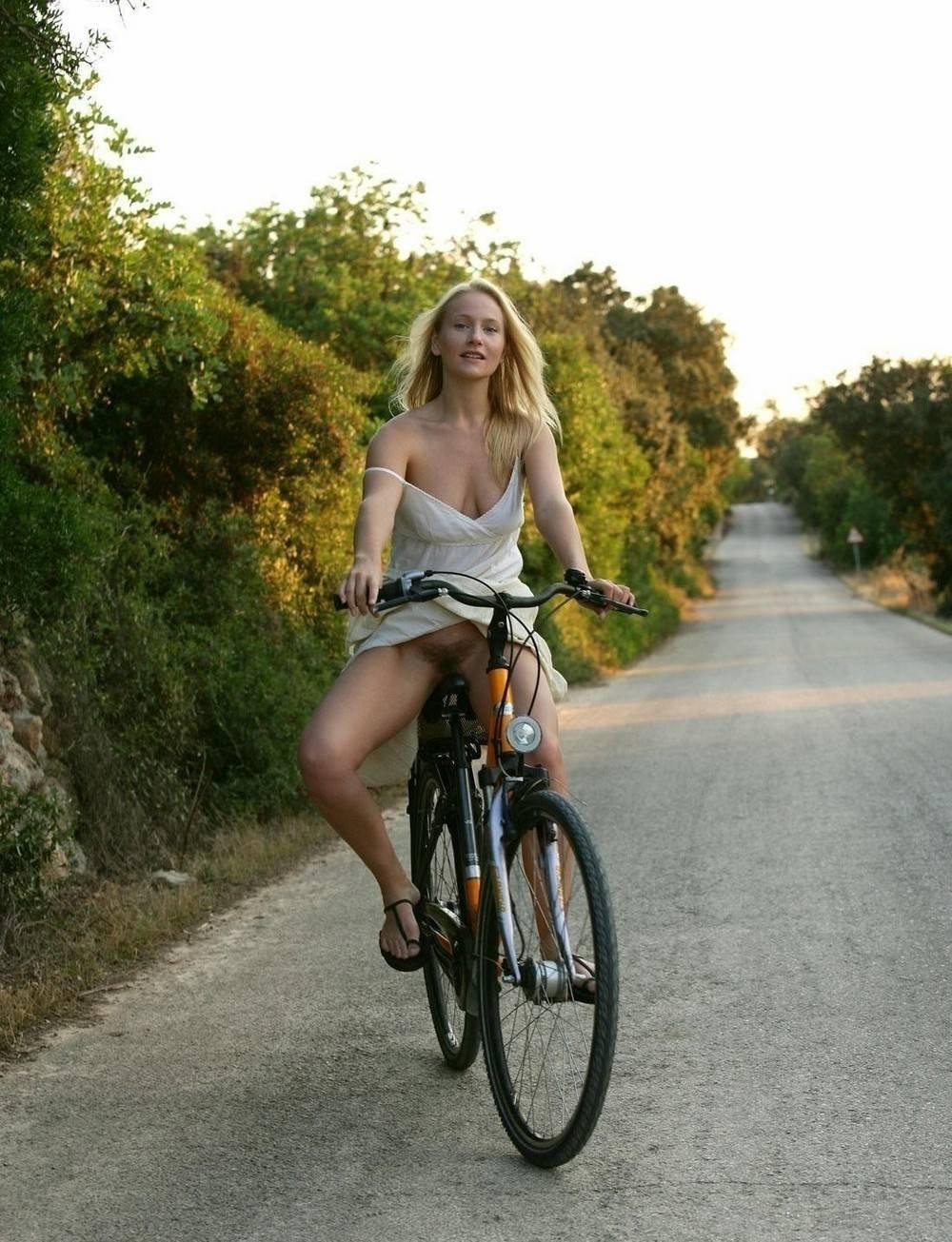 без трусов в юбке на велосипеде смотреть онлайн кулибины нужны