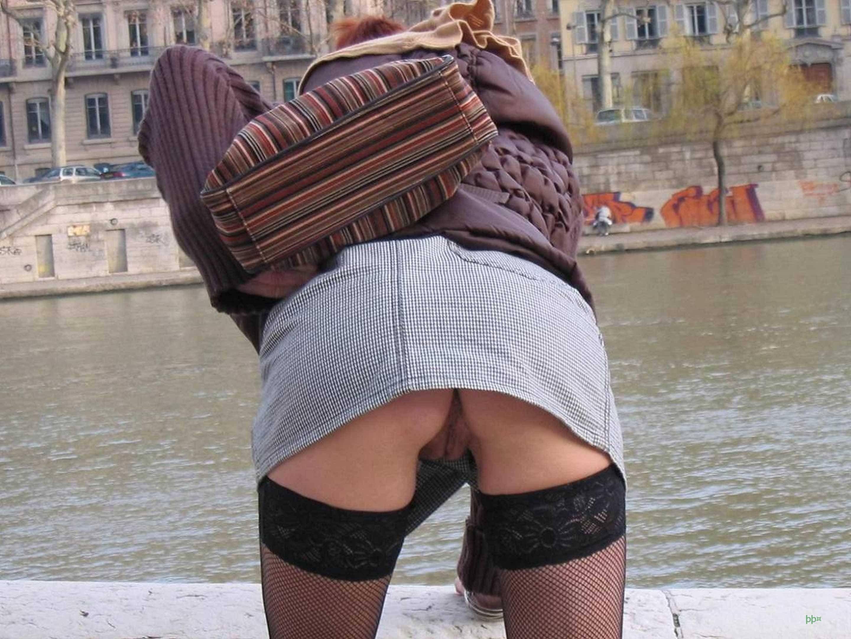 без трусов картинки девушка юбке в