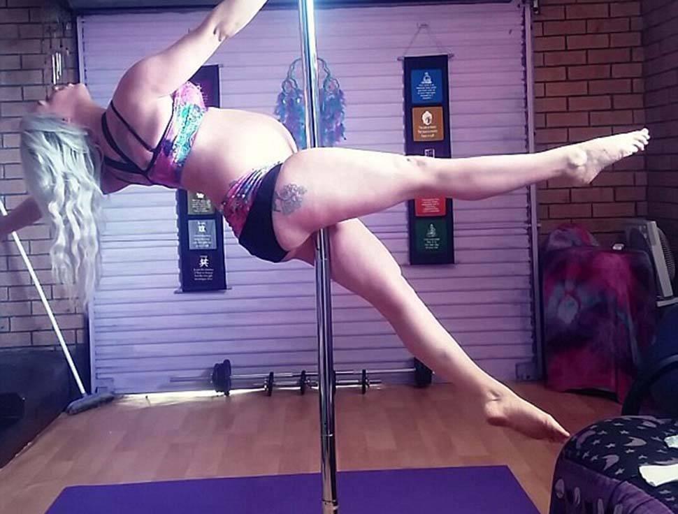 La australiana embarazada sigue practicando pole dance y no planea detenerse durante el parto