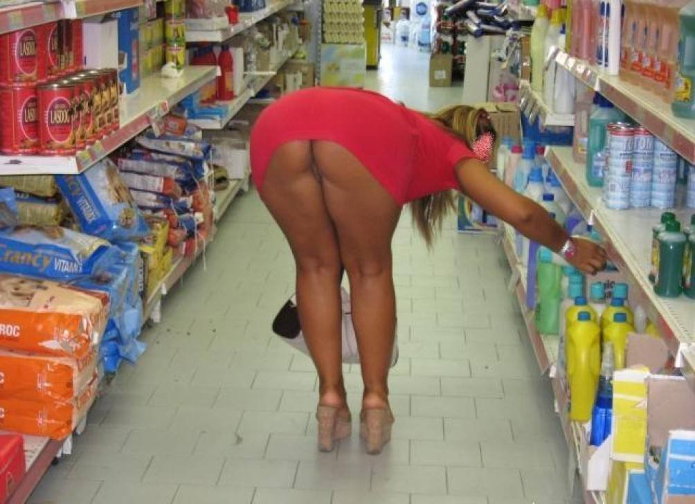 Женщины без трусов в магазине 15