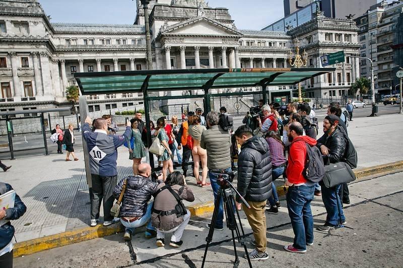 Женщины разделись догола перед парламентом Аргентины