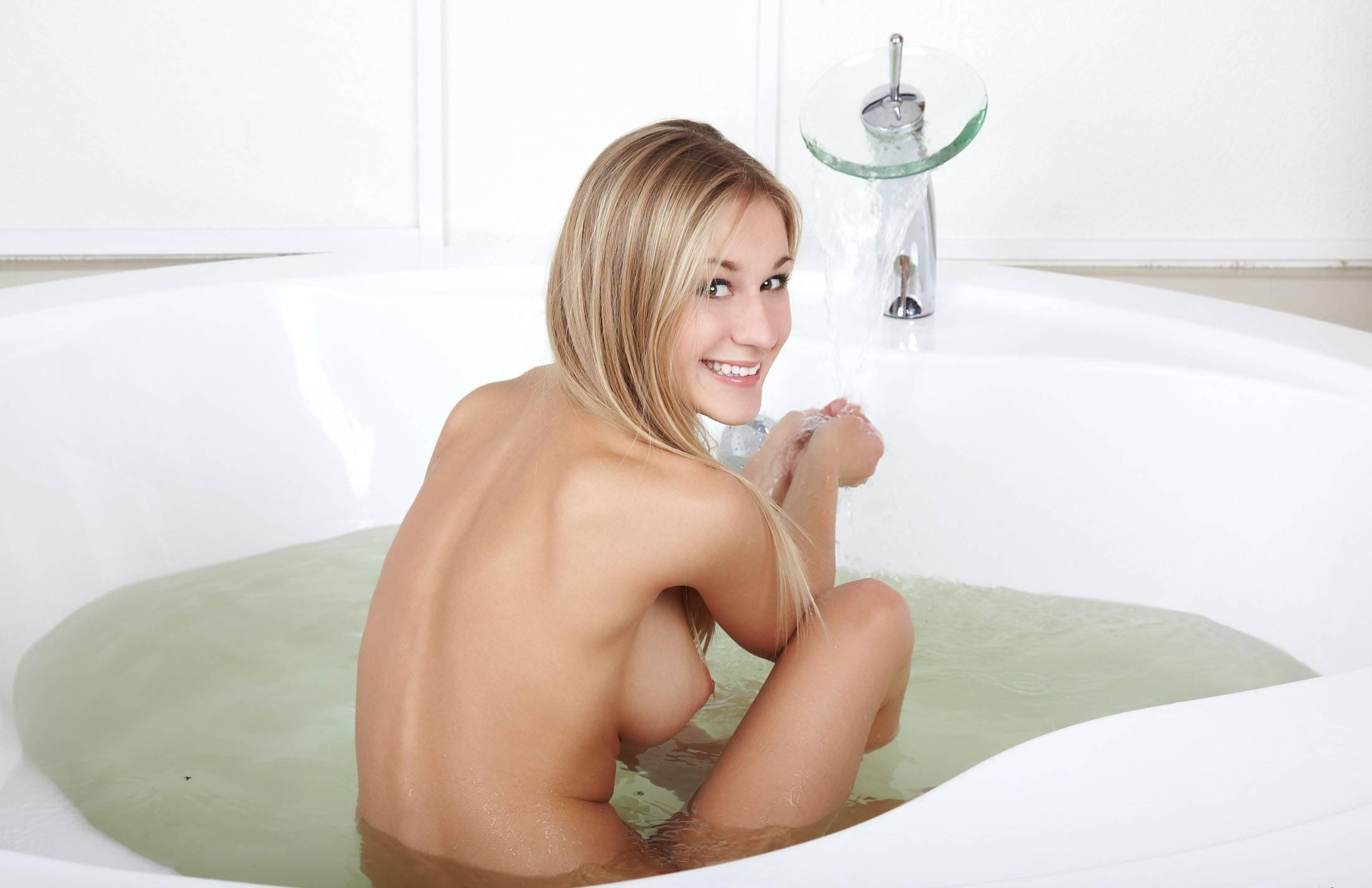 Голые девчонки в ванной фото