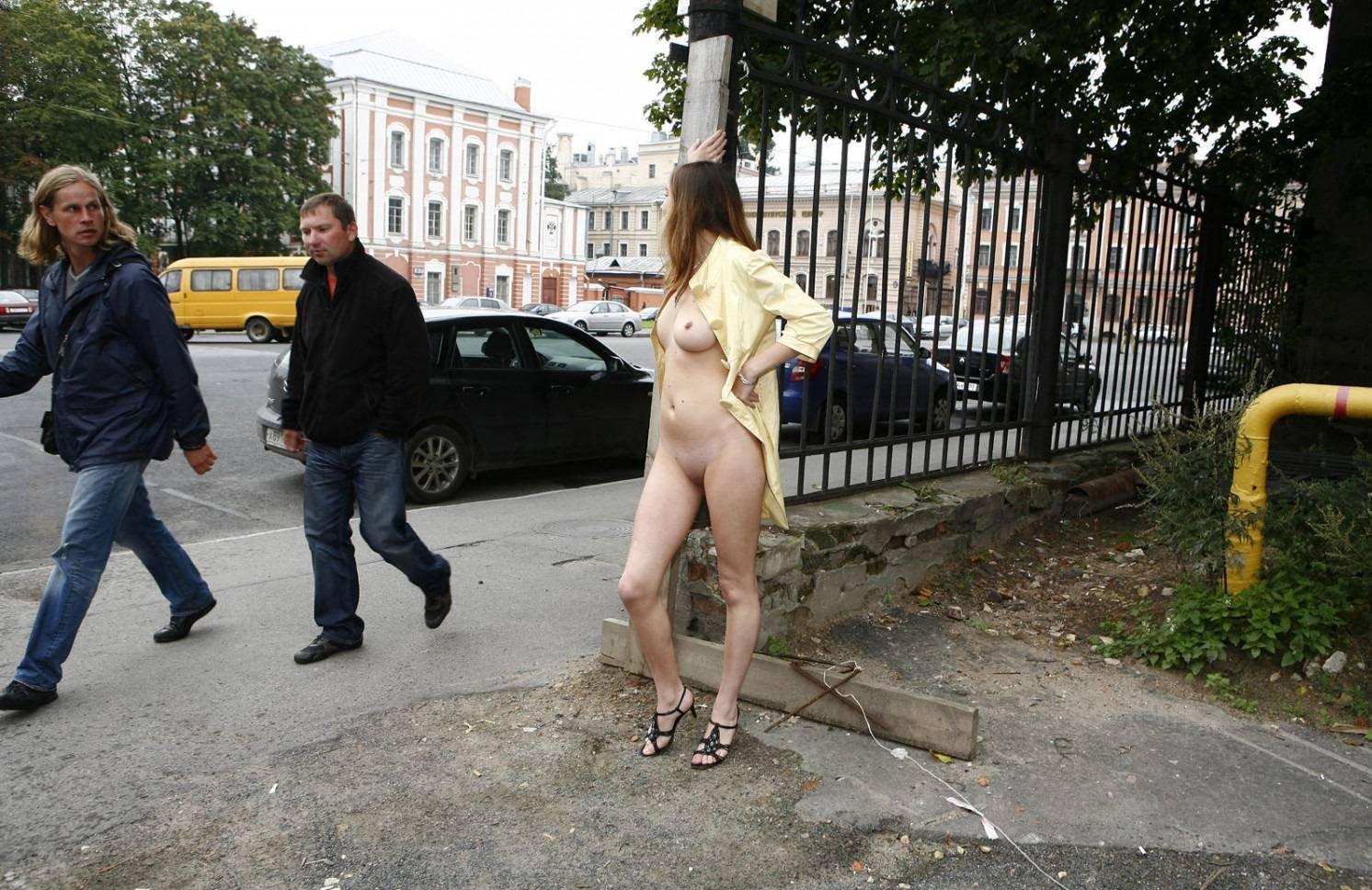 прошлась по улице без трусиков супруги обоих
