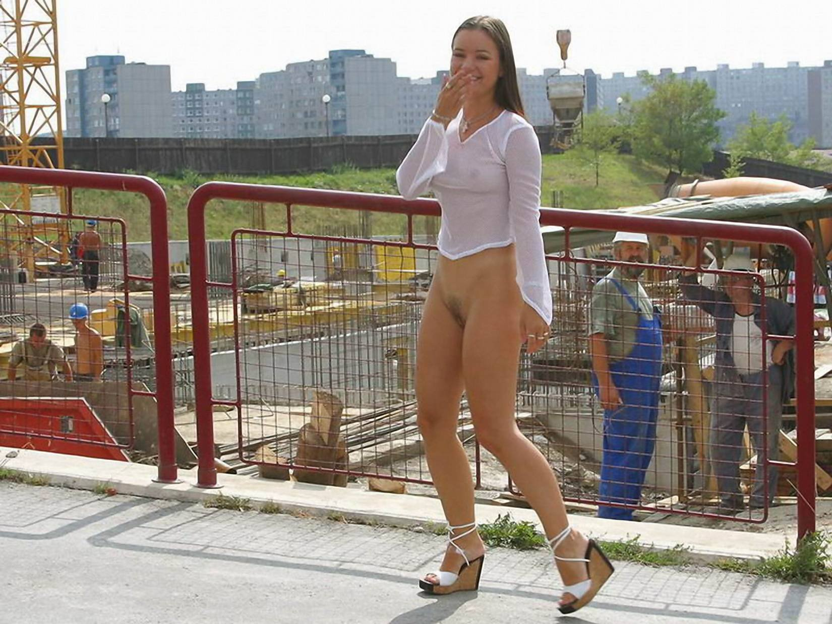 видео девки гуляют без трусов