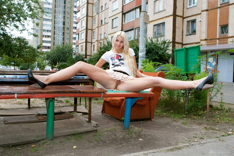 porno-mobilnaya-pod-yubkami-na-ulitse-bez-trusikov-pope-dvoynoe