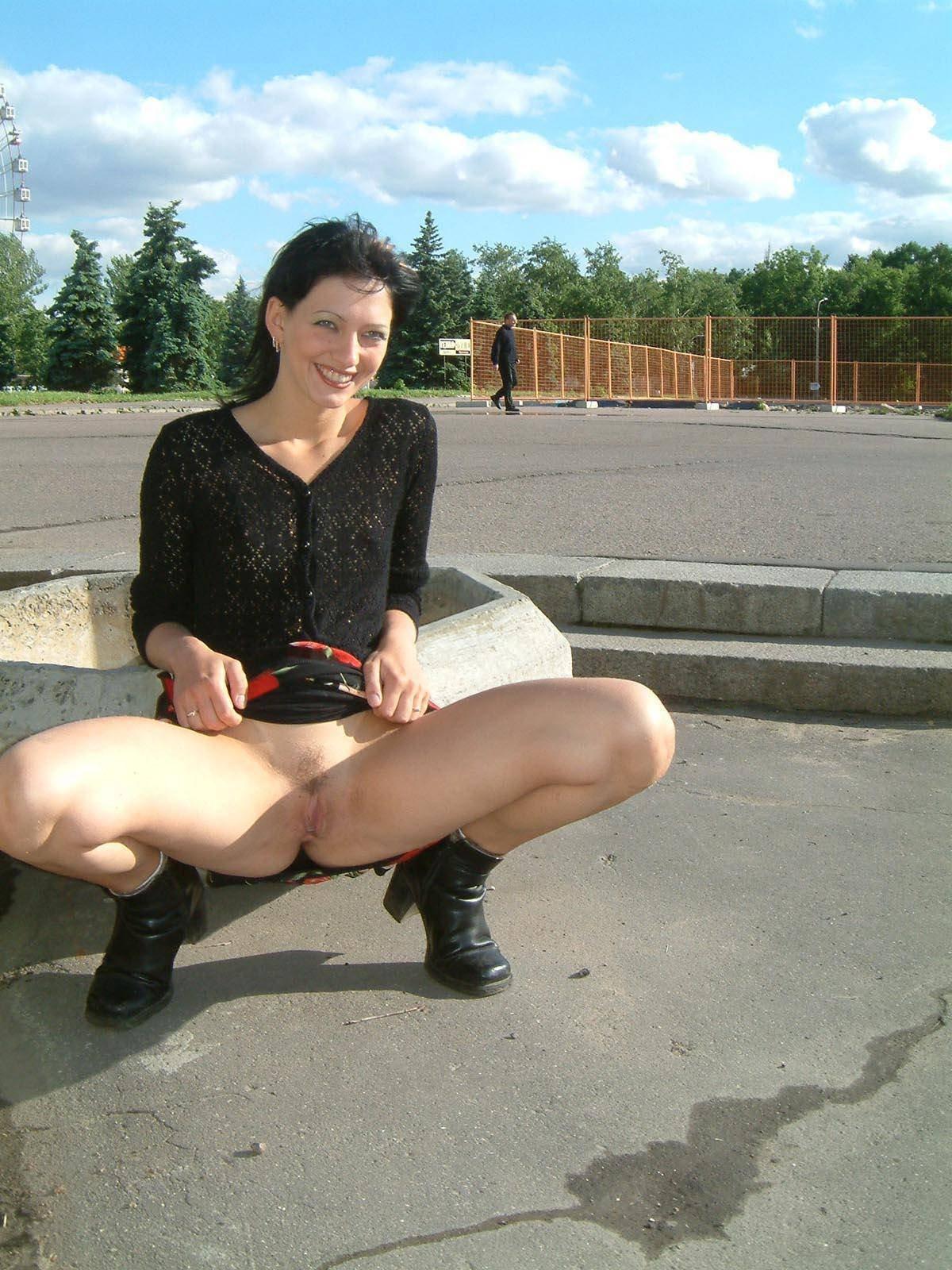В парке сидела женщина с раздвинутыми ногами без трусов, попа порно фото в масле