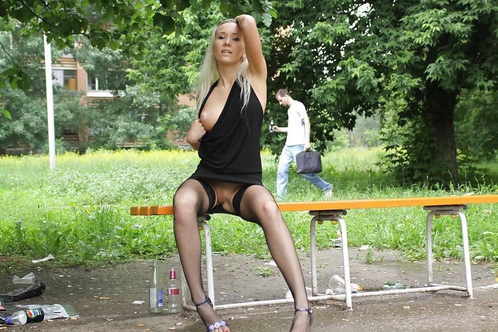 Девушка в юбке без трусов на скамейке