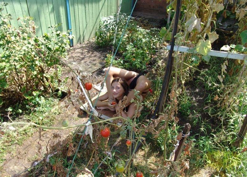 В огороде голая фото
