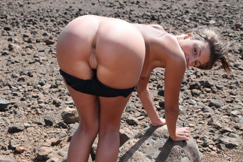 фото красивая девушка в мини юбке без трусов на пляже
