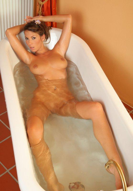 барби принимает ванну голой может находится
