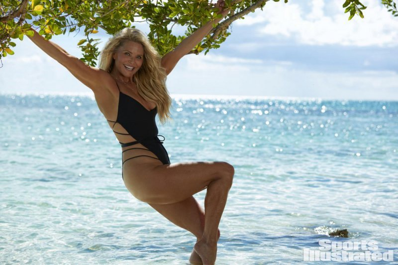 63-летнюя американская модель и актриса кристи бринкли (christie brinkley) в купальниках