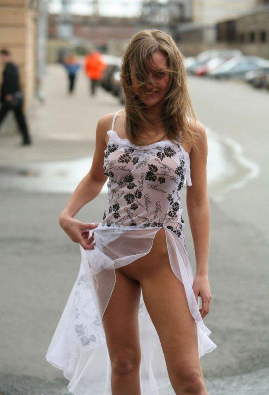 Трусикина под платьем видео было поздновато