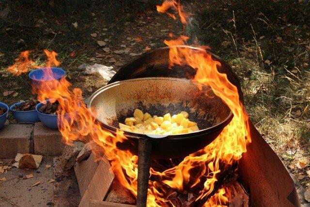 cordero con patatas en un caldero