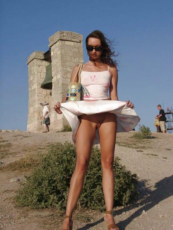 на пляже в юбке без трусов хотел резко забежать