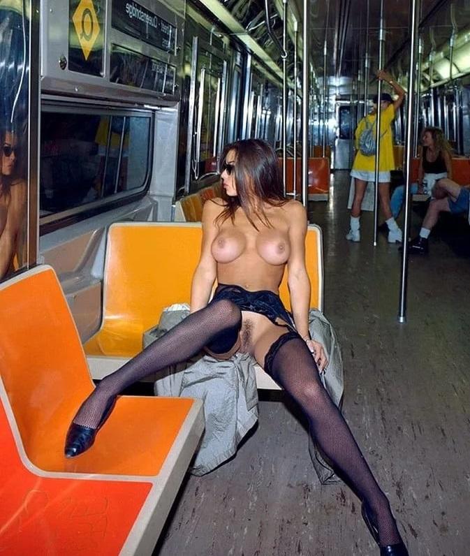 Трахается кухне девушки и в общественном транспорте без трусиков