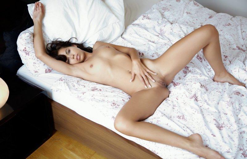 голая таджичка на постели фото