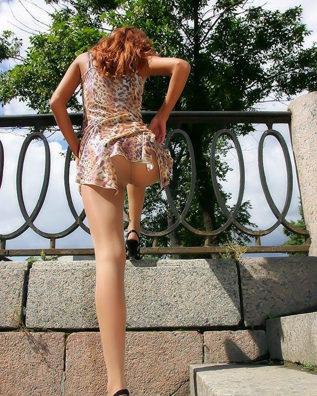 девушки в очень прозрачных юбках и без трусиков