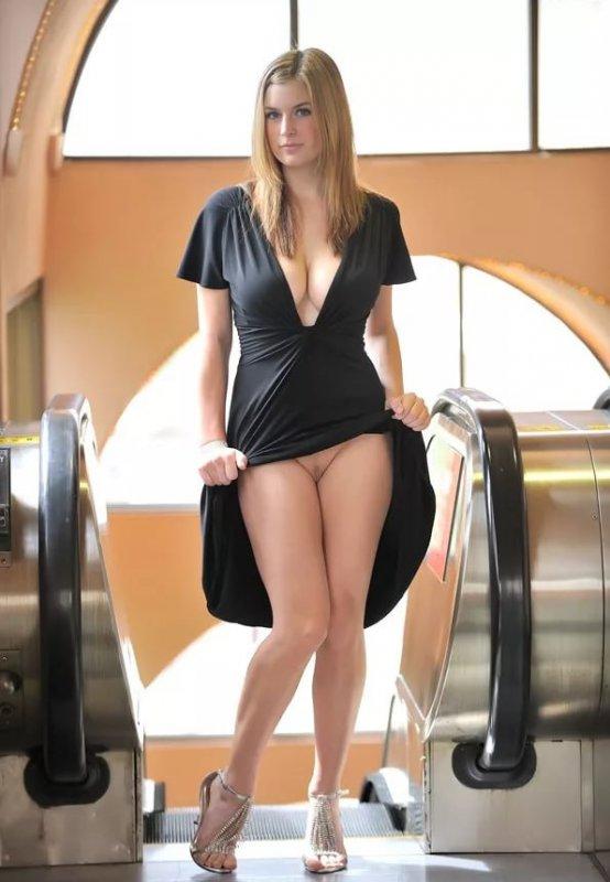 женщины под юбкой без трусов