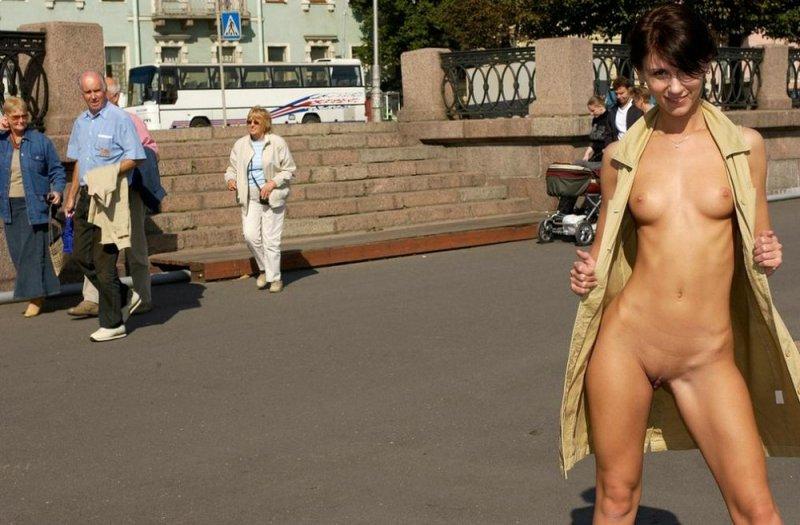 девушки позируют в людных местах фото