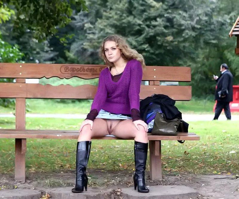 Порно фото в под юбкой на улице