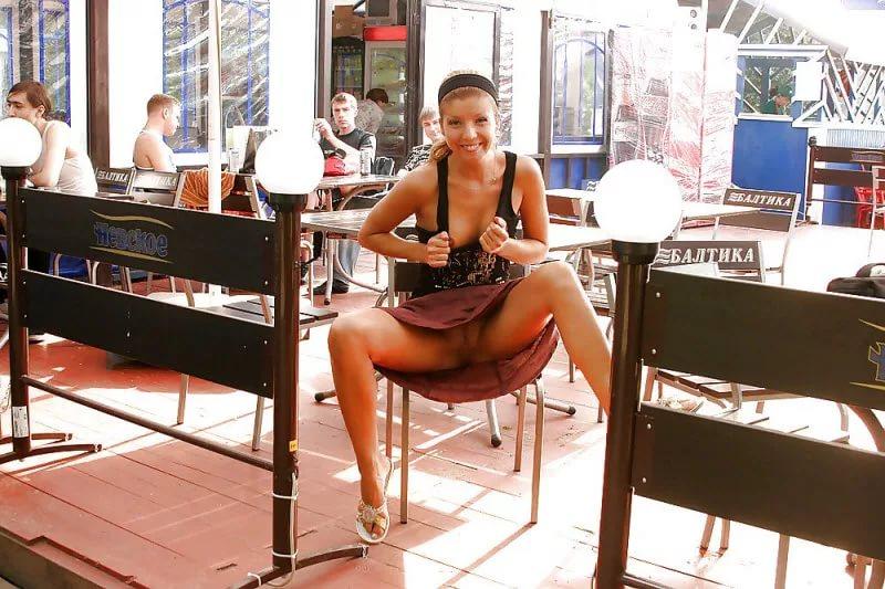Пошла в кафе без трусиков видео онлайн раздвигает ноги анальный