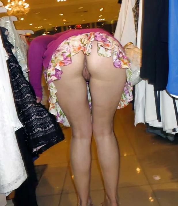 Жена в мини юбке засветила попу