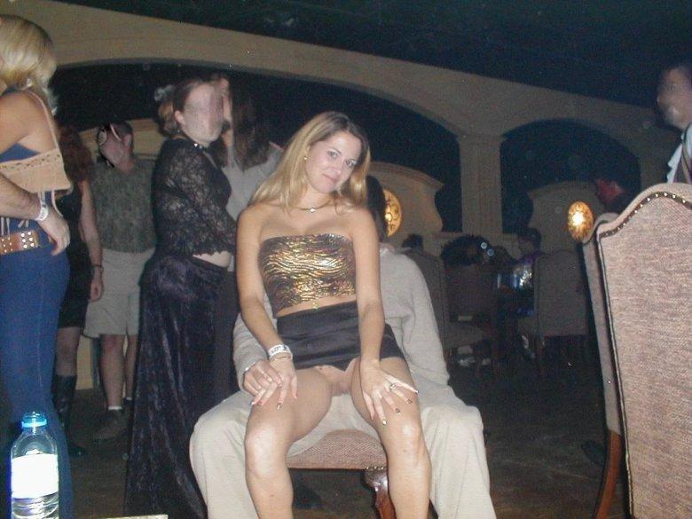 Девушку в клубе без трусов видео