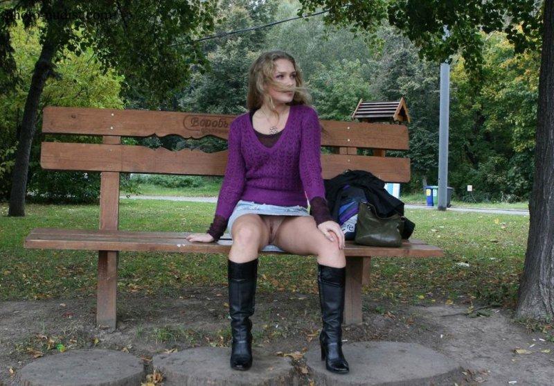 Сидячий эксперт в мини юбках без трусов, голая и красивая попка видео
