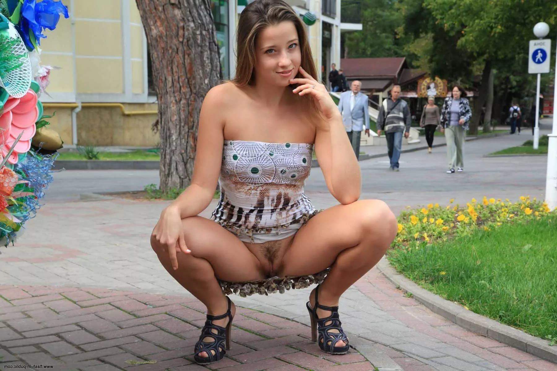 Смотреть видео девушки без трусиков под юбками