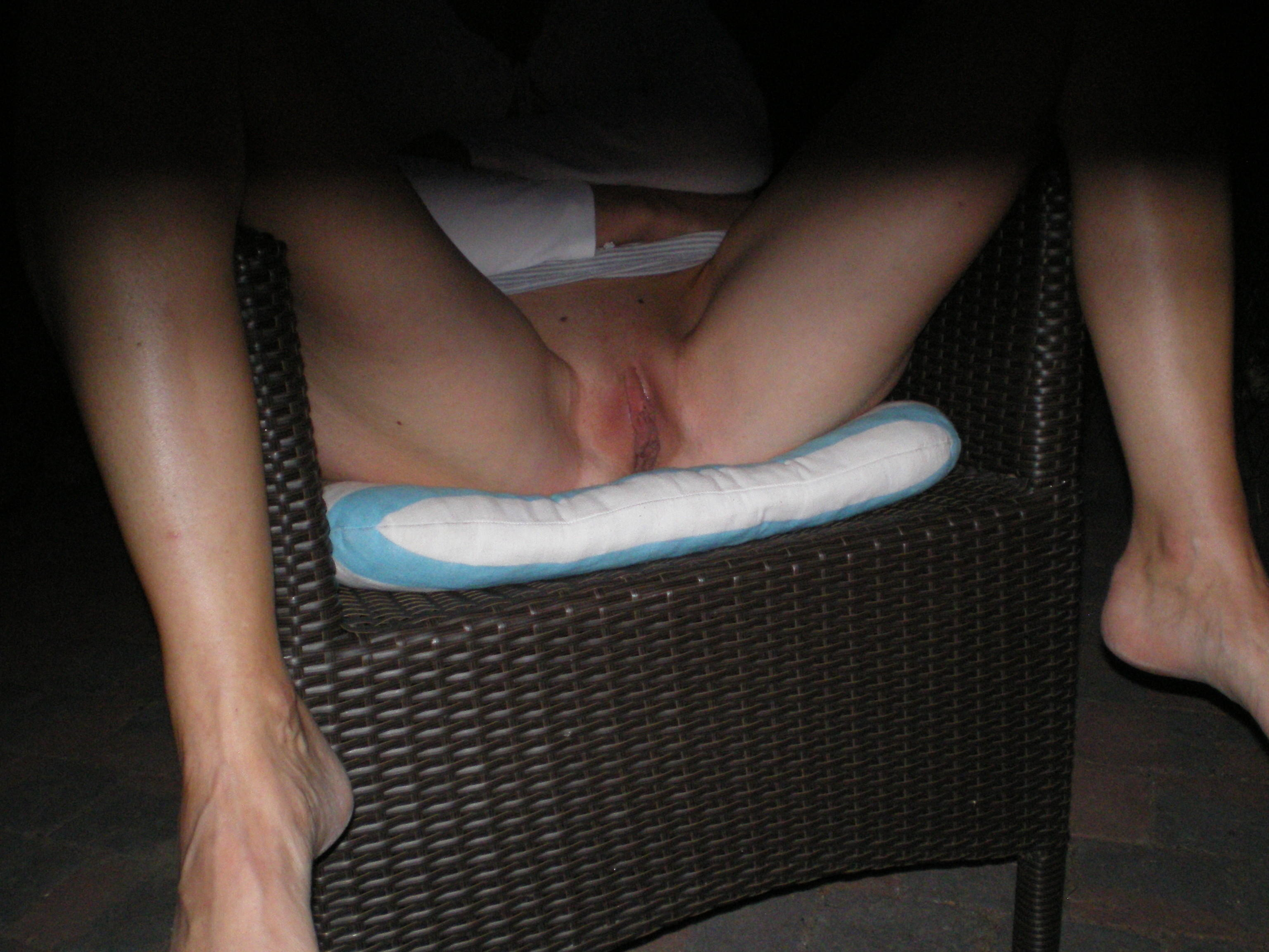 Трахнул кто переложил ногу на ногу без трусиков лесбиянки