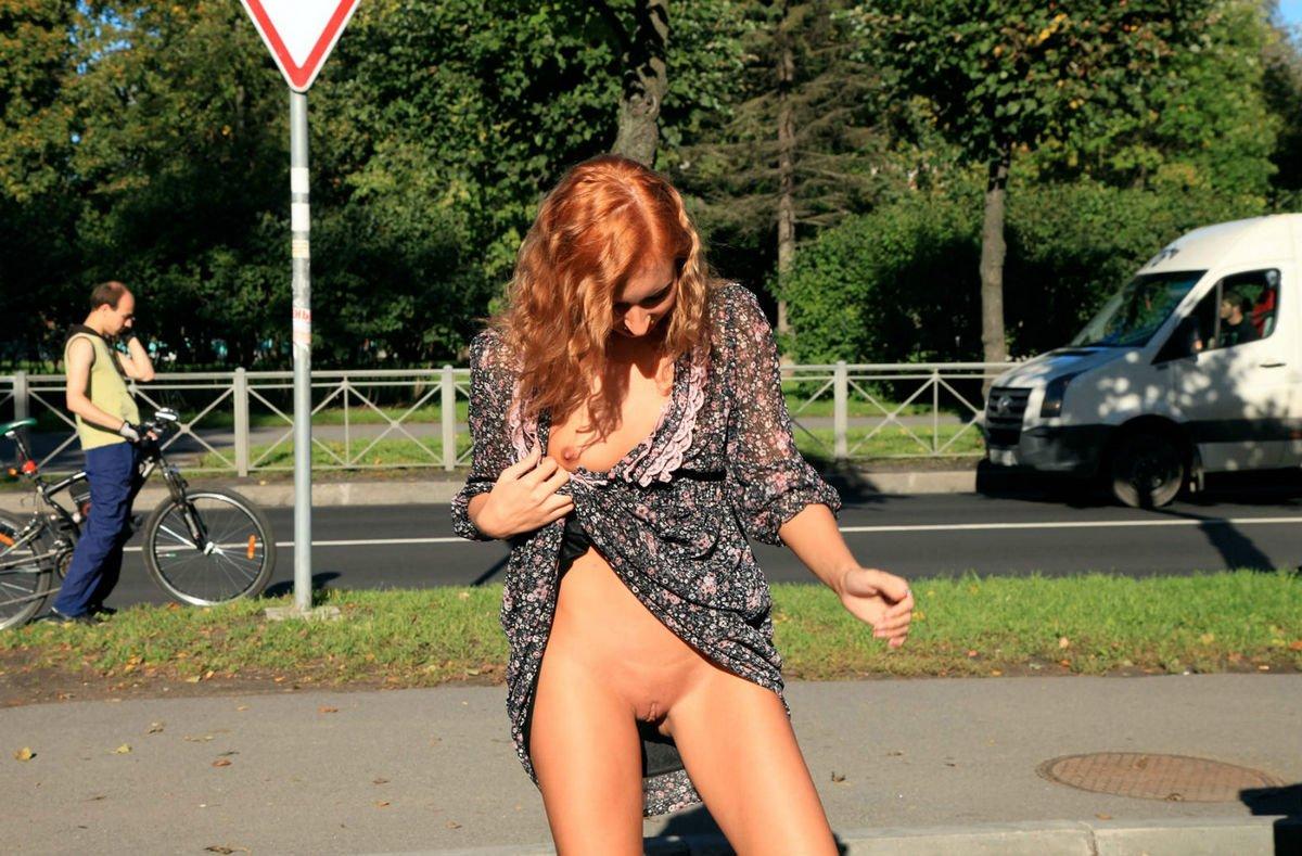 На улице при людях без трусов — photo 7