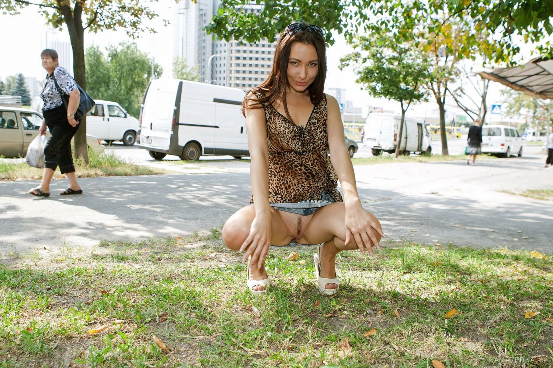 Жена ходит на улице без трусов фото