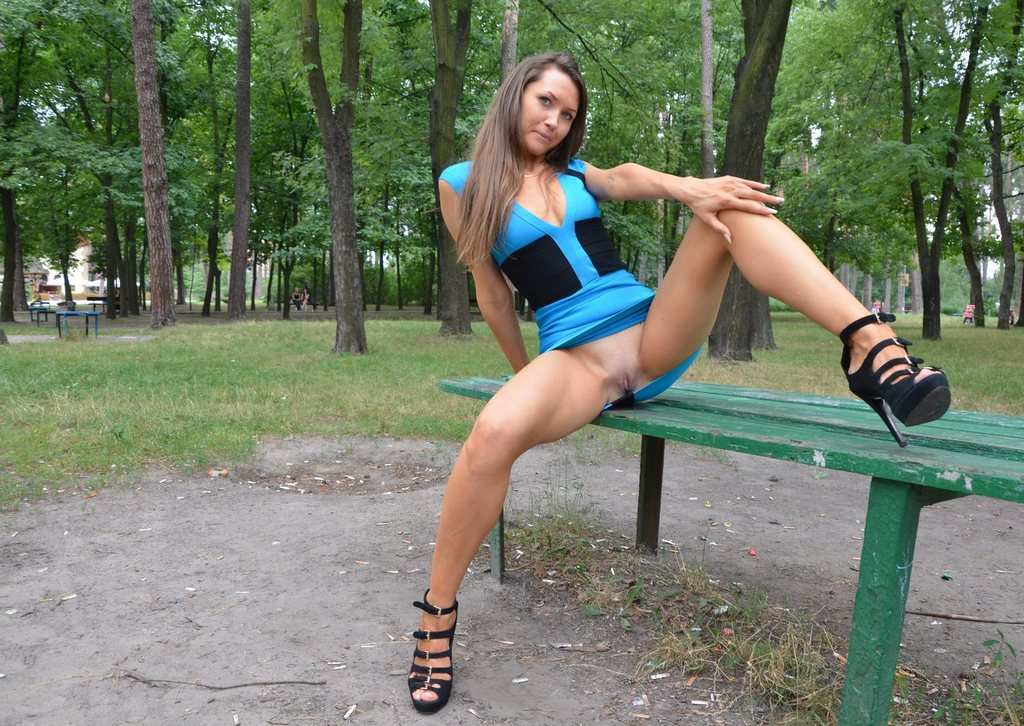 Девушки в парке под юбками без трусов — img 9