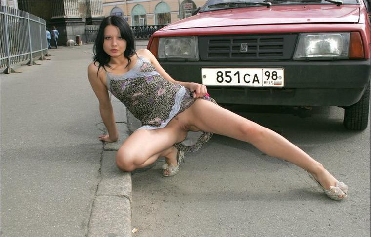kameru-foto-devushki-na-ulitse-bez-trusov-nogu-vaginu-porno