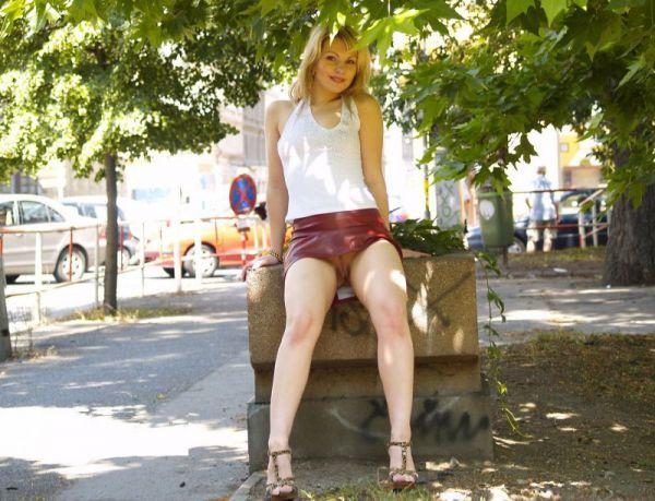 девушки в мини юбках без трусов ходят по улице и иногда показывают видео раз видели автомобиле