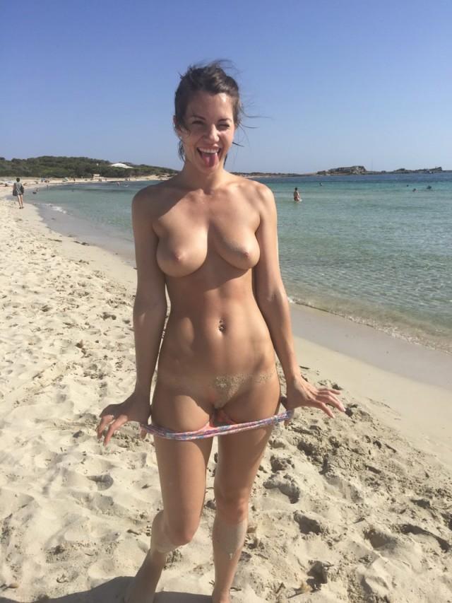 девушки фоткаются голыми на пляже - 2