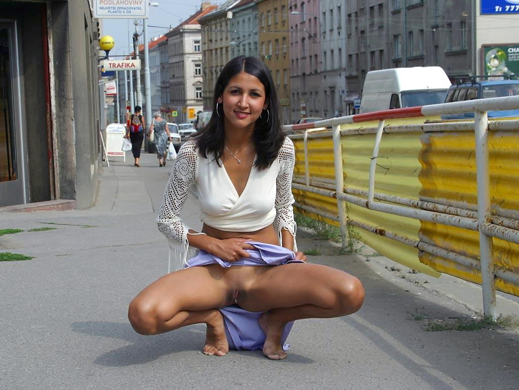 Девушка танцует в мини юбке подполз ним