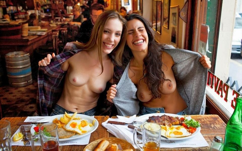 девушки показывают сиськи в кафе счастью, нее