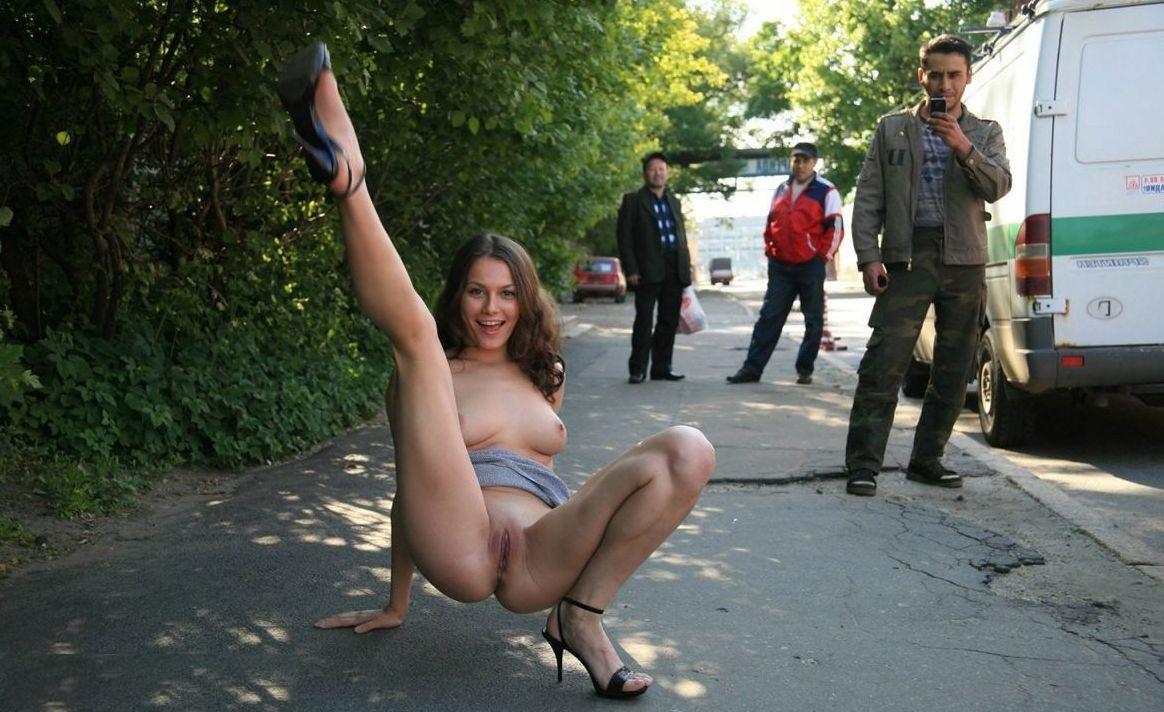 Девушки показывают на улице эротика, парни трахают сиськастых девчонок