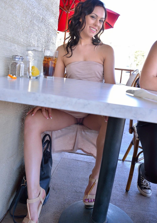 За столиком в ресторане без трусов