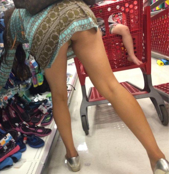 Девушки наклоняются в магазине видео азиатки порно