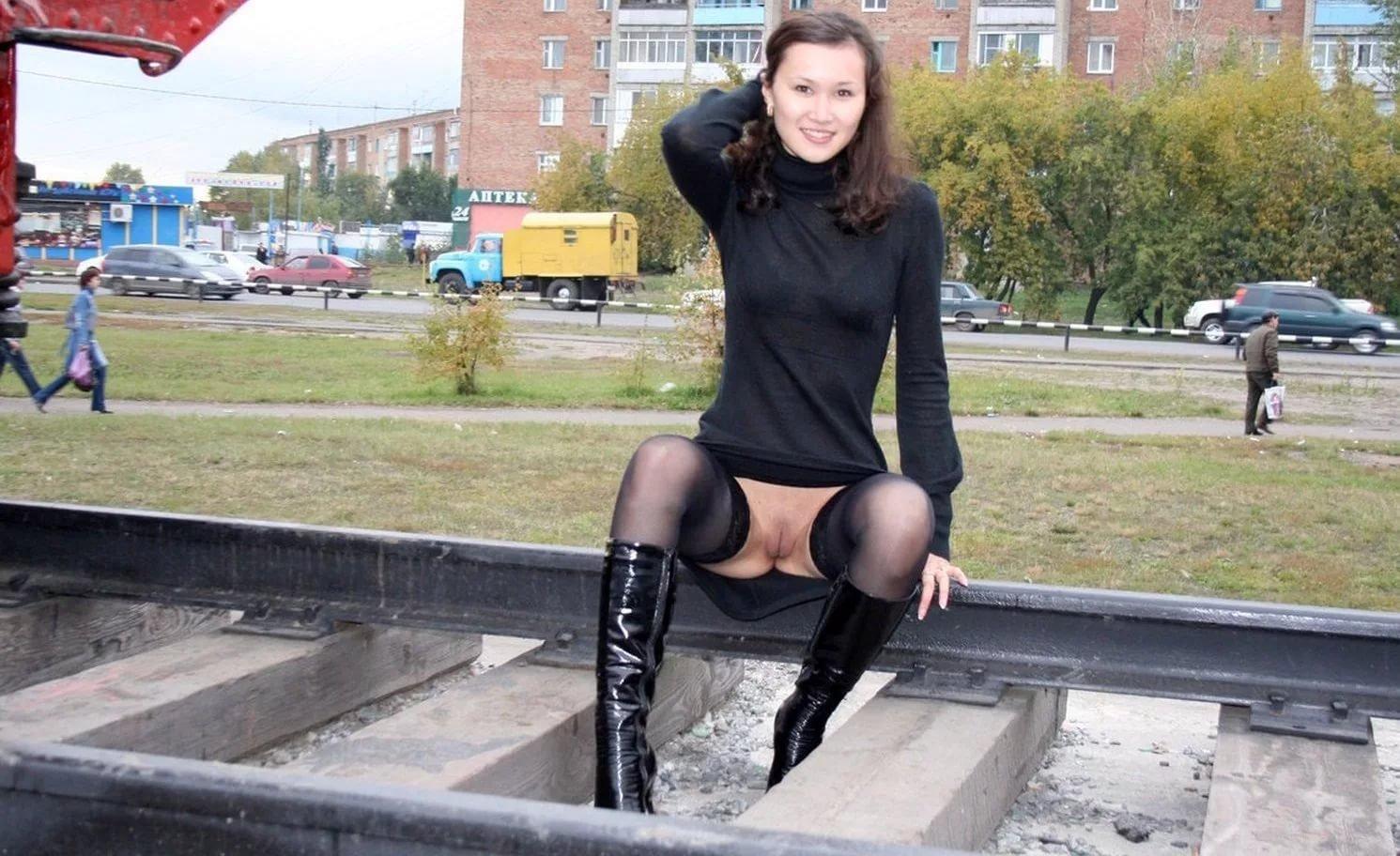 Видеоролики женщины в платьях и без трусов способны на все — pic 5